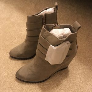 Qupid taupe wedge booties size 5.5